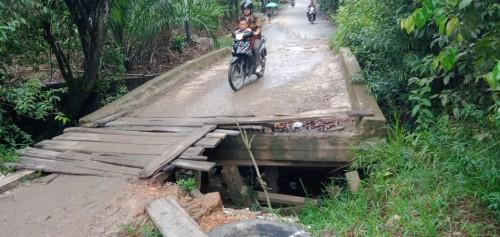 Jembatan Rusak Parah, Apatur Desa Paal dan Pemkab Melawi Tutup Mata