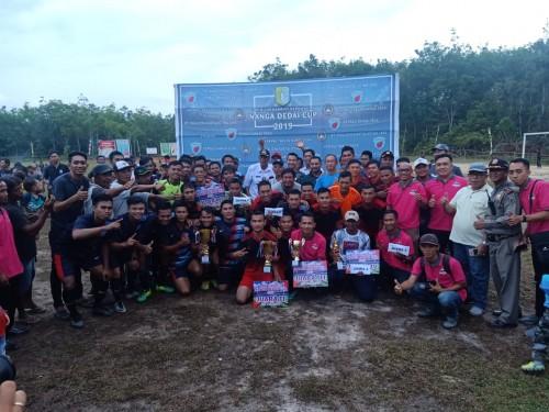 Bupati Sintang Jarot Winarno Menutup Open Turnamen Nanga Dedai CUP 2019 dan berfoto bersama para juara.