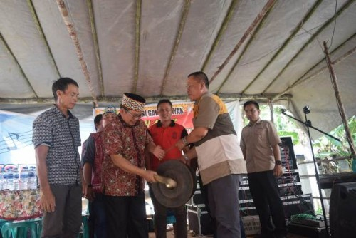 Wakil Bupati Sintang itu memukul gong sebanyak 7 kali tanda ditutupnya pesta adat Matah Ayu di Sungai Ruai (*)