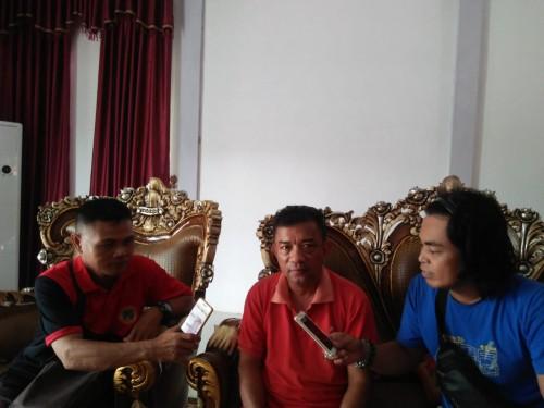 Ketua DPC-PDIP Kabupaten Melawi, Provinsi Kalimantan Barat (Kalbar), Drs. Kluisen, saat diwawancarai awak media di rumah dinasnya. (Foto: Jon)